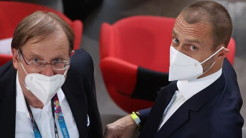 DFB-InterimspräsidentRainer Koch (l.) und Uefa-Boss Aleksander Ceferin mit FFP2- Maske