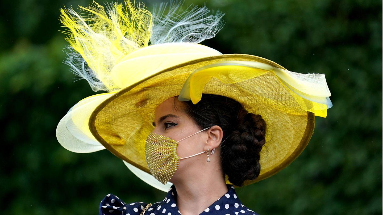 Der Mundschutz passt sich farblich an die opulente Kopfbedeckung an