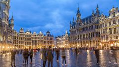 Corona Regeln in Belgien. Im Bild zu sehen ist die Grand-Place Grote Markt in der Abenddämmerung in Brüssel