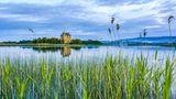 Corona Regeln in Irland, auf dem Foto zu sehen ist eine Landschaft mit einer alten Burg am Lough Derg