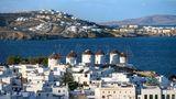 Corona Regeln in Griechenland, im Bild zu sehen sind weiße kykladische Häuser der Chora