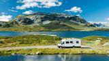 Corona Regeln in Norwegen. Im Bild zu sehen ist ein Wohnmobil in einer felsigen Landschaft