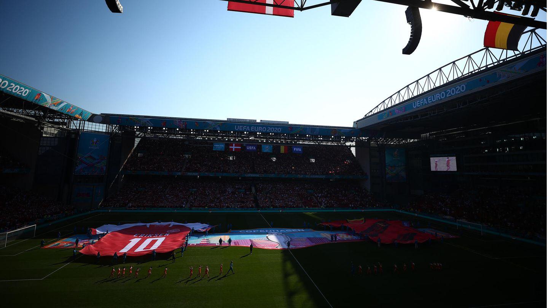 Fußball-EM: Ein überdimensionales Trikot von Christian Eriksen wird im Parken ausgebreitet