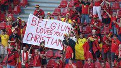 Fußball-EM: Belgische Fans mit einem Plakat