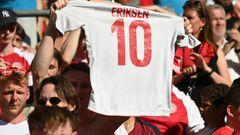Fußball-EM: Dänischer Fan hält ein Eriksen-Trikot nach oben