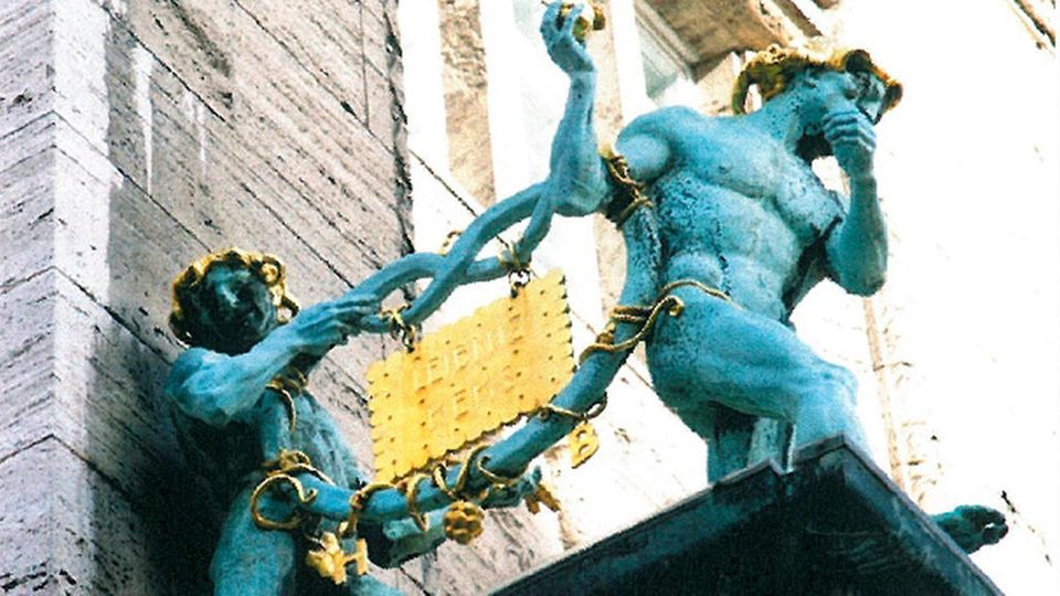 Wahrzeichen von Bahlsen an der Firmenzentrale mit goldenem Leibnitzkeks
