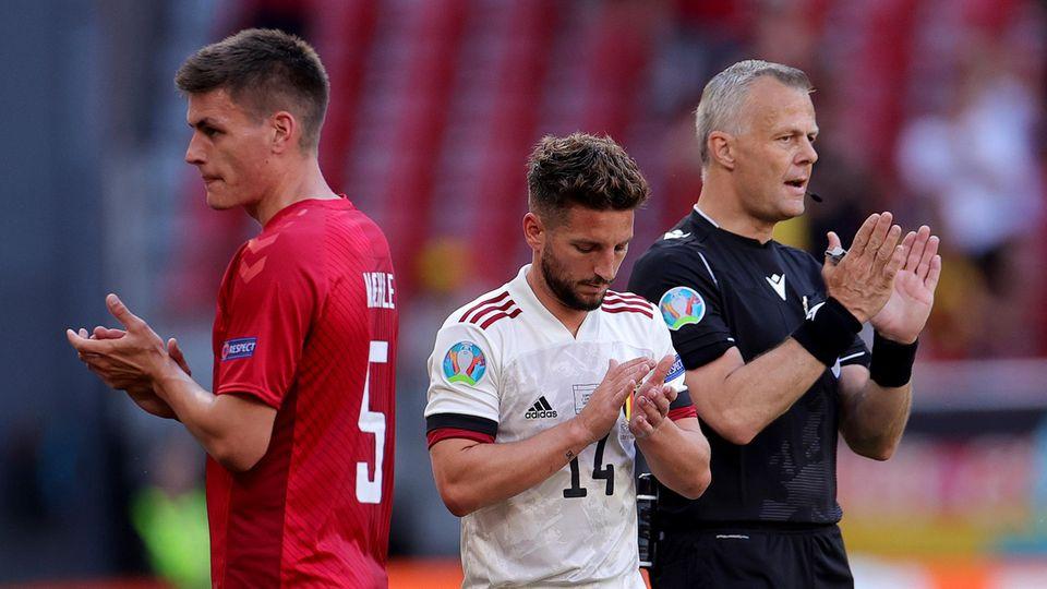 Schiedsrichter Kuipers, Belgiens Dries Mertens und Joakim Maehle (links) applaudieren