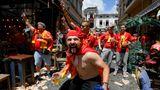 Fans aus Nord-Mazedonien stimmen sich in Bukarests Altstadt auf das Spiel ein