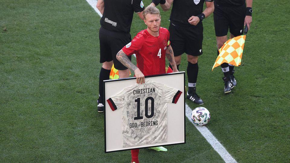 Simon Kjaer mit einem Trikot für Christian Eriksen mit den Autogrammen der belgischen Spieler