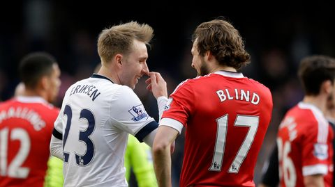 """Von hinten sind zwei Fußball-Profis zu sehen, die sich unterhalten. """"Eriksen"""" steht auf dem weißen Trikot, """"Blind"""" auf dem roten"""