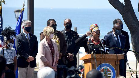 Die Aktivisitin Kavon Ward spricht in Manhattan Beach, Kalifornien, auf einer Pressekonferenz
