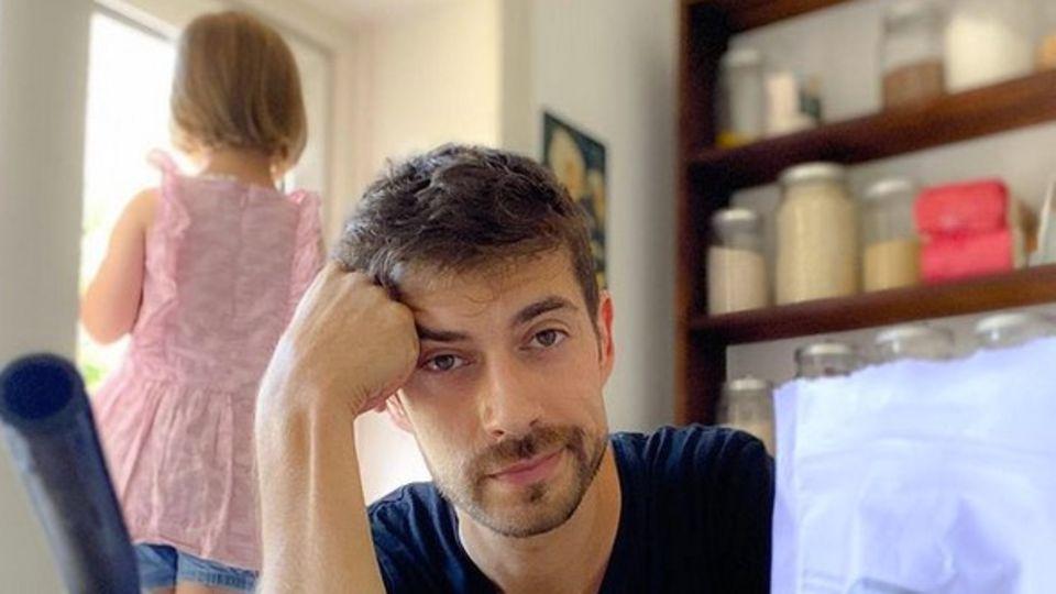 Moderator Daniel Bröckerhoff schaut erschöpft in die Kamera