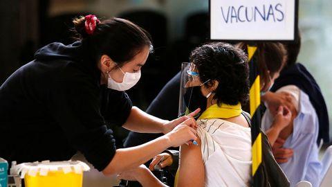 Frau in Chile wird geimpft