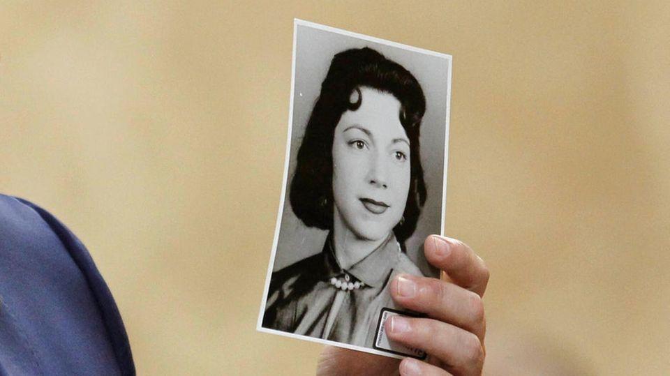 Staatsanwalt hält ein Foto von Irene Garza