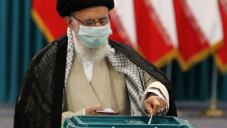 Irans Oberster Führer,Ayatollah AliChamenei, gibtin der Hauptstadt Teheran seine Stimme ab