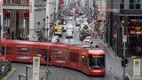 """Berlin, Berlin – wir fahren durch Berlin: Neben der Straßenbahn deuten auch die – zugegeben eher schlecht zu erkennenden – U-Bahn-Schilder im Hintergrund darauf hin, dass diese Stadt vermutlich richtig groß ist. Zum genauen Ort können Sie aber auch gelangen, wenn Sie bei Google oder einer anderen Suchmaschine zum Beispiel nach """"Dussmann-Haus"""" (links oben) suchen.Die Straßenbahn biegt also entsprechend von der Dorotheen- in die Friedrichstraße ein."""