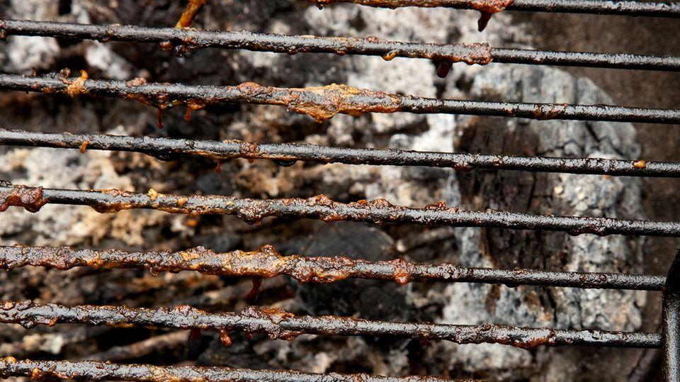 Ein Geheimtrick zeigt, wie man einen verschmutzten Grillrost blitzschnell reinigt.