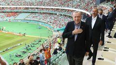 Immerhin rund 30.000 Zuschauer begeistern sich. Und das, was der aserbaidschanische Präsident Ilham Aliyev und der türkische Präsident Recep Tayyip Erdogan von ihren Sitzen aus imStadion sehen, dürfte ihnen gefallen.