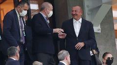 Etwa 2500 Kilometer Fluglinie entfernt stehen zwei ebenfalls machthungrige Herren, der aserbaidschanische Präsident Ilham Alijew (r.) und der türkische Präsident Recep Tayyip Erdogan (m.), auf der Tribüne des Stadions in Baku.