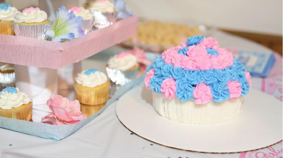 Eine Torte in Rosa und Hellblau