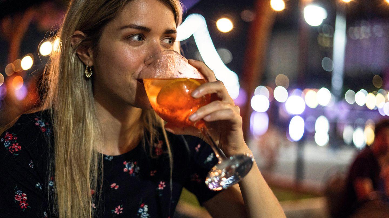Eine Frau trinkt ein alkoholisches Getränk