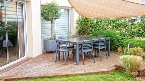 Sichtschutz für Terrasse und Balkon: Moderne Terrasse mit Sonnensegel und natürlichem Sichtschutz