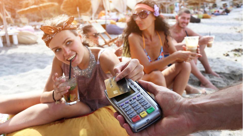 Selbst der Drink am Strand lässt sich heute mancherorts bargeldlos bezahlen