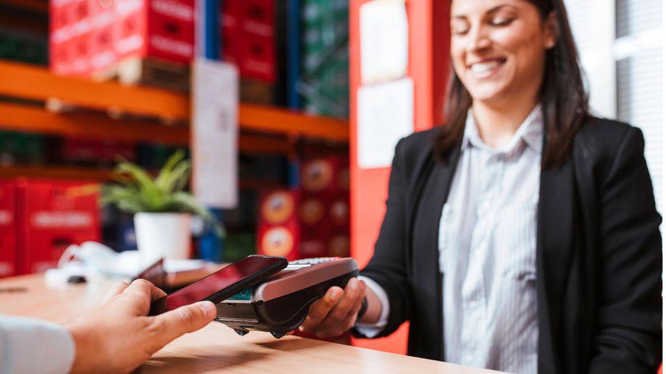 Über eine App auf dem Smartphone bezahlen: eineMobile Wallet ist eine Art virtuelle Brieftasche.