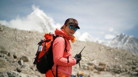 Tsang Yin-Hung hat einen neuen Rekord aufgestellt: Die Bergsteigern aus Hongkong hat den Gipfel des Mount Everests in weniger als 26 Stunden erreicht.
