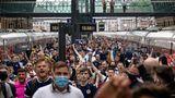 Schottische Fans strömen aus einem Zug im Bahnof King's Cross