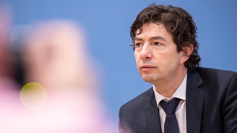 Christian Drosten mit konzentriertem Blick