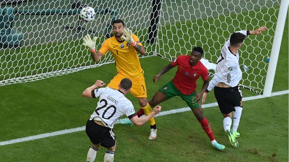 Robin Gosens  köpft zum 4-1 gegen Portugal ein