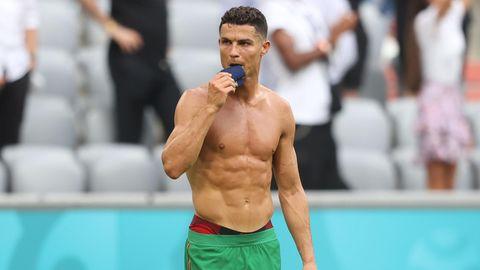 Ronaldo zeigt nach dem Spiel gegen Deutschland seinen Oberkörper und knabbert aus lauter Frust an seiner Kapitänsbinde.