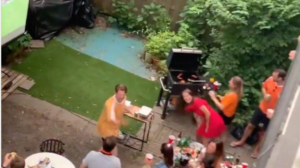 EM-Spiel der Niederlande: Fußball-Übertragung mit 20 Sekunden Vorsprung: Oranje-Fans legen ihre Nachbarn rein