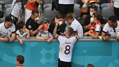 Toni Kroos nach dem Spiel gegen Portugal im Dialog mit seiner Frau Jessica