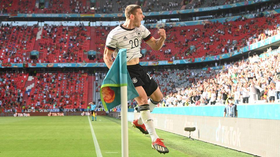 Robin Gosens jubelt nach seinem Tor gegen Portugal