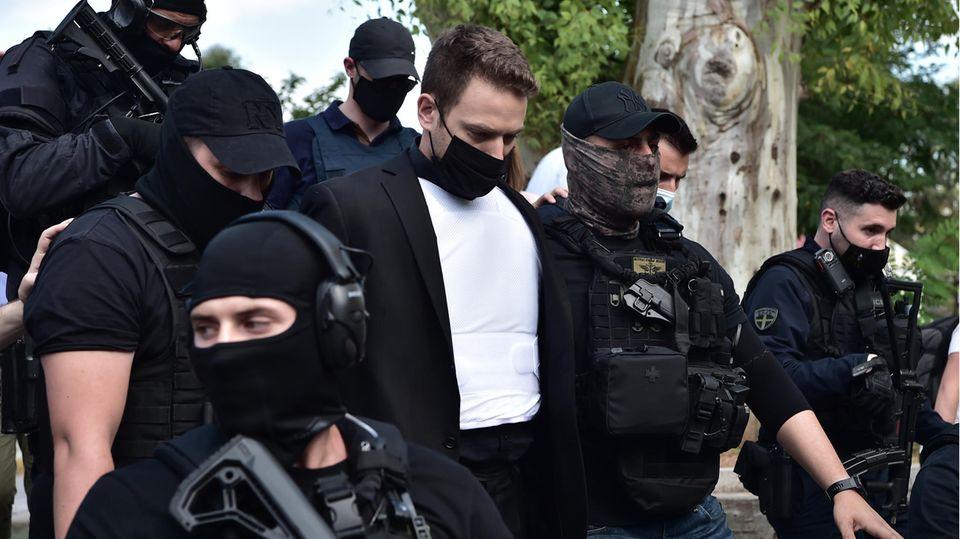 Babis A. wird von der Polizei bewacht und geschützt.