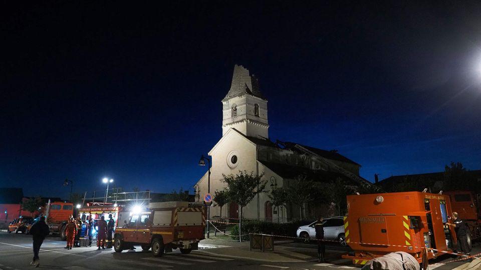 Ein Tornado riss derKirche in Saint-Nicolas-de-Bourgueil ihre Spitze ab