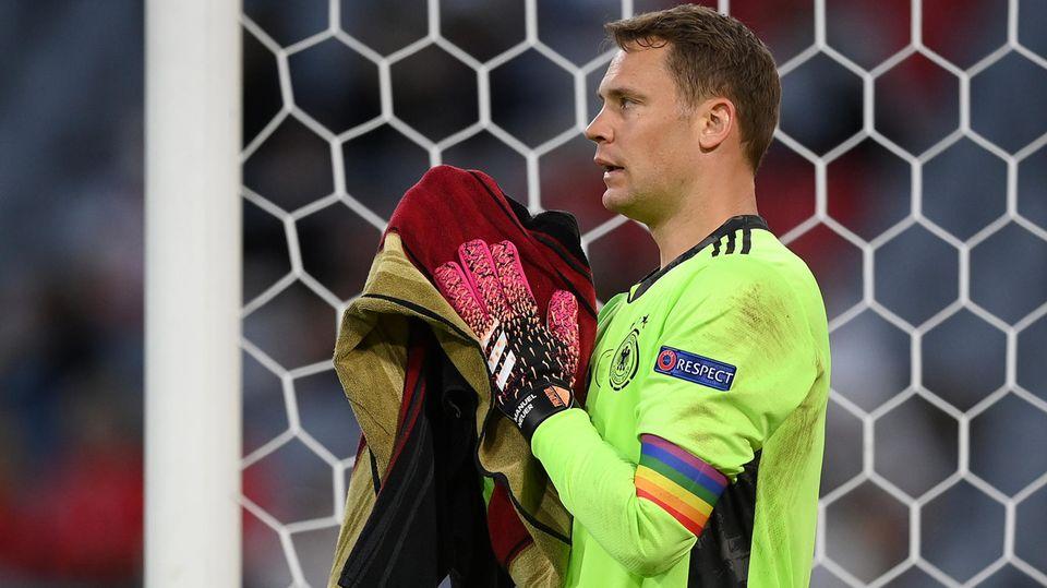 Deutschlands Torwart Manuel Neuer mit Regenbogen-Kapitänsbinde