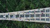 Zhangjiajie, China. Wer hier spazieren geht, sollte schwindelfrei sein. Die Brücke in der Provinz Hunan ist 430 Meter lang und 260 Meter hoch–und hat einen gläsernen Boden.