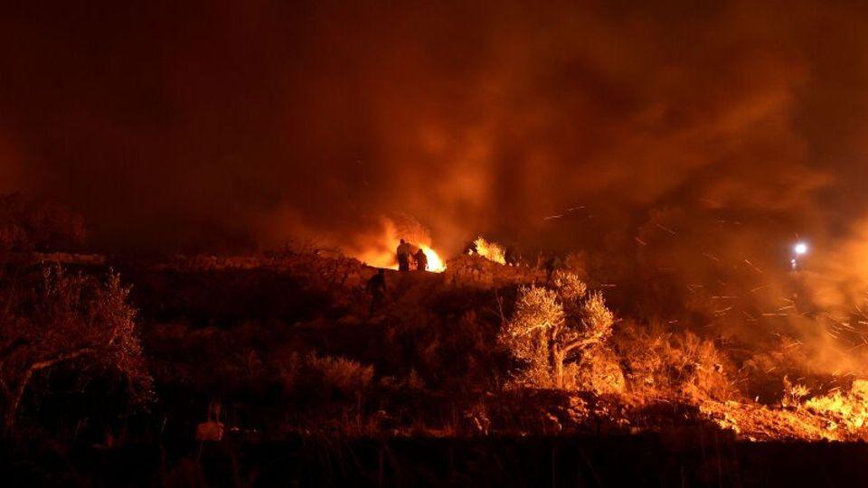 Nablus, PalästinensischeAutonomiegebiete.Während einer nächtlichen Demonstration gegen den Ausbau einer jüdischen Siedlung auf dem Gebiet des Ortes Beita verbrennen Palästinenser nahe Nablus Reifen.