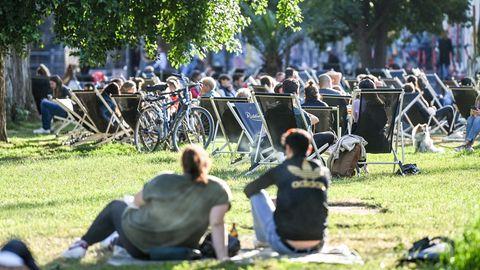 Corona-Variante Delta: Menschen in einem Berliner Park