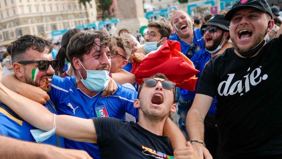 EM 2021: Italienische Fans bejubeln ihr Team beim Public Viewing in Rom