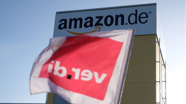 Verdi-Flagge vor einem Amazon Logistikzentrum in Leipzig