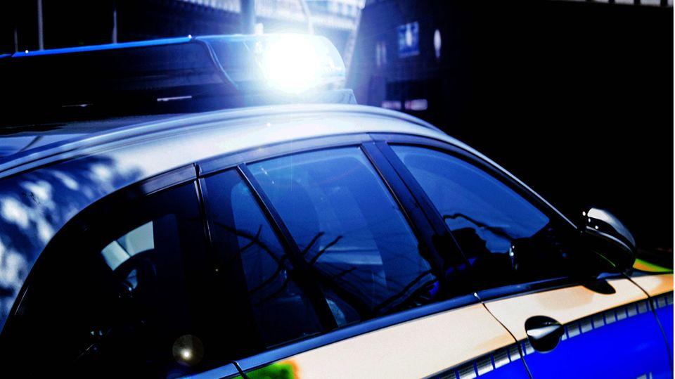 Als die Polizei an der Unfallstelle eintraf, waren die Fahrer des Pkw bereits geflüchtet(Symbolbild)