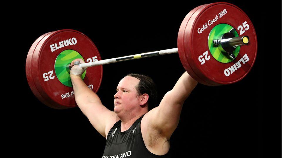 Gewichtheberin Laurel Hubbard stemmt eine Langhantel mit 50 Kilogramm-Gewichten