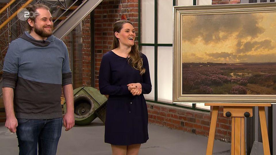 Helen und Jens Riegler stehen im Studio von Bares für Rares neben ihrem Gemälde