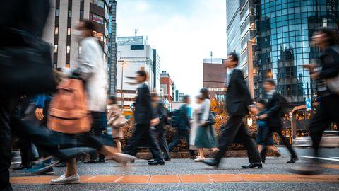 Menschen in Japan auf dem Weg zur Arbeit
