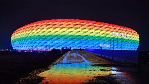 Pressefreiheit : Regenbogen-Arena als Zeichen an Orbán? So beeinträchtigt Ungarns Anti-Homosexuellen-Politik die Medien