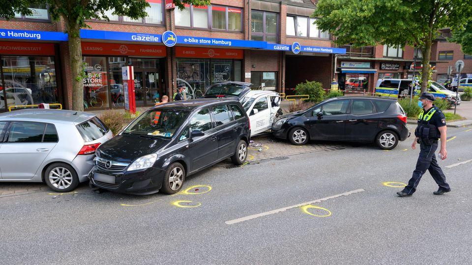 Nach dem Unfall wurde die Straße gesperrt, der Unfall dokumentiert